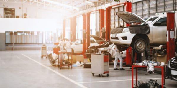 Laga bilen på en bilverkstad i Sigtuna